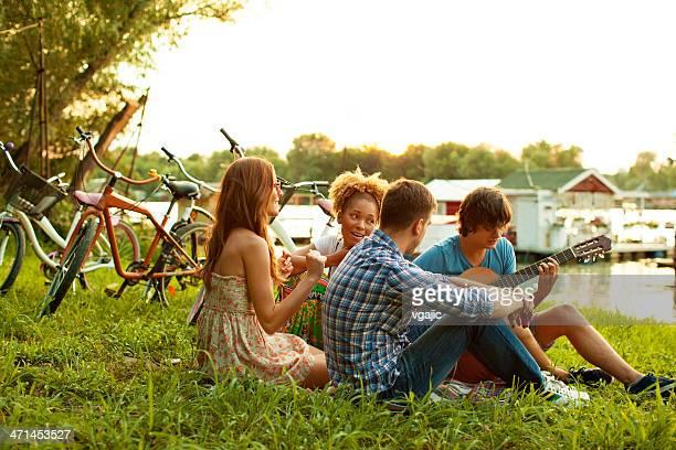 Jeune Couple heureux s'amuser en plein air.