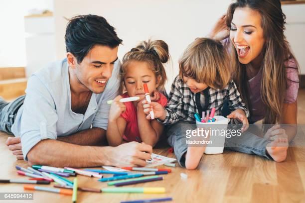 Dessin de famille heureux jeune