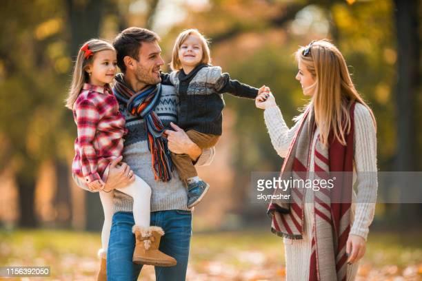 giovane famiglia felice che si gode in autunno passeggiata nella natura. - attività del fine settimana foto e immagini stock