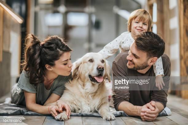 joven feliz familia gozando con su perro perdiguero de oro en el país. - golden retriever fotografías e imágenes de stock