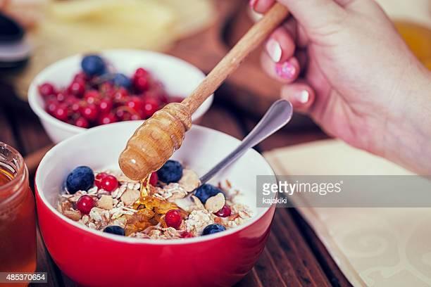 若い幸せな家族の朝食