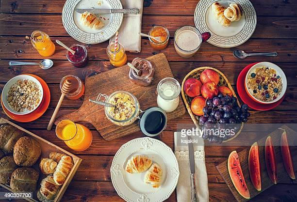 Joven familia feliz con desayuno