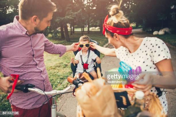 公園で若い幸せな家族