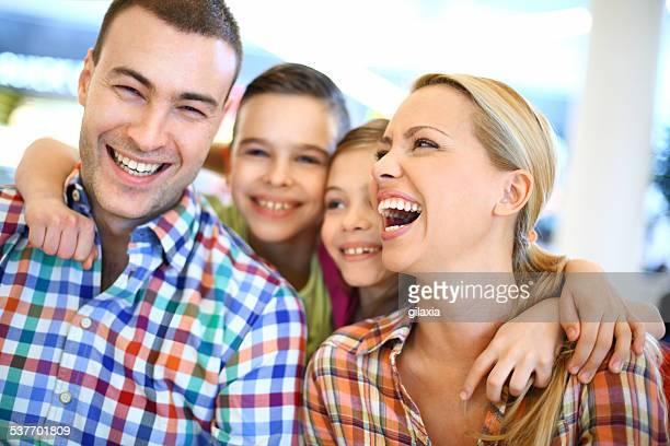 giovane famiglia felice. - gilaxia foto e immagini stock