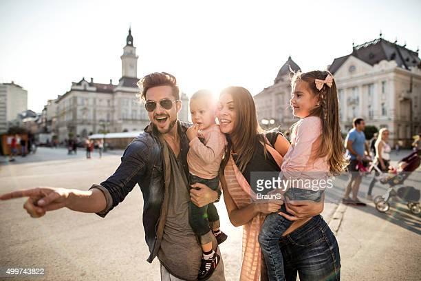 Junge glückliche Familie verbringen Sie einen Tag in der Stadt.