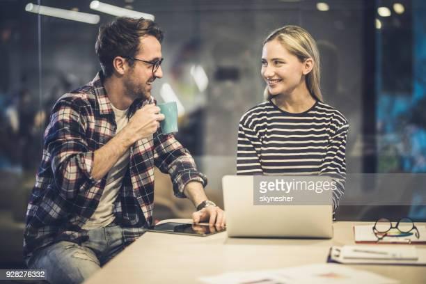 Jonge gelukkig freelancers communicatie tijdens het werken op de laptop in het kantoor.