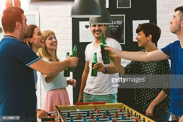 Jóvenes amigos felices brindis en parte.