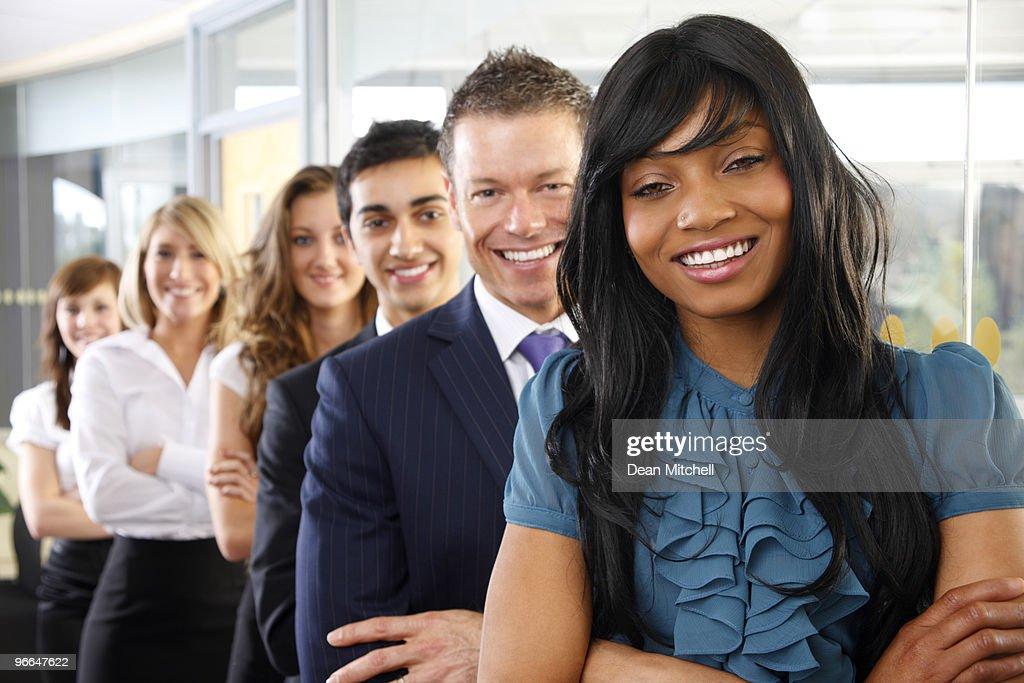 Interracial groupe daffaires de jeunes heureux doublé jusquau