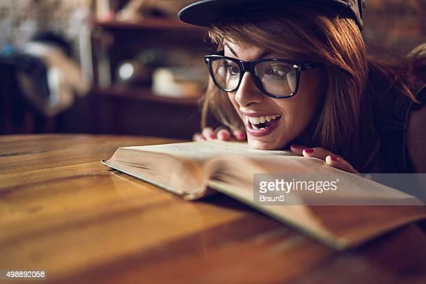 Jeune heureux technique femme lisant un livre.