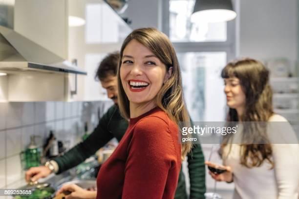 junge glückliche menschen, gemeinsames kochen in der küche - kochen stock-fotos und bilder