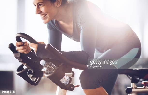 Jeune sportive heureuse avoir filer classe sur sport formation dans un club de santé.