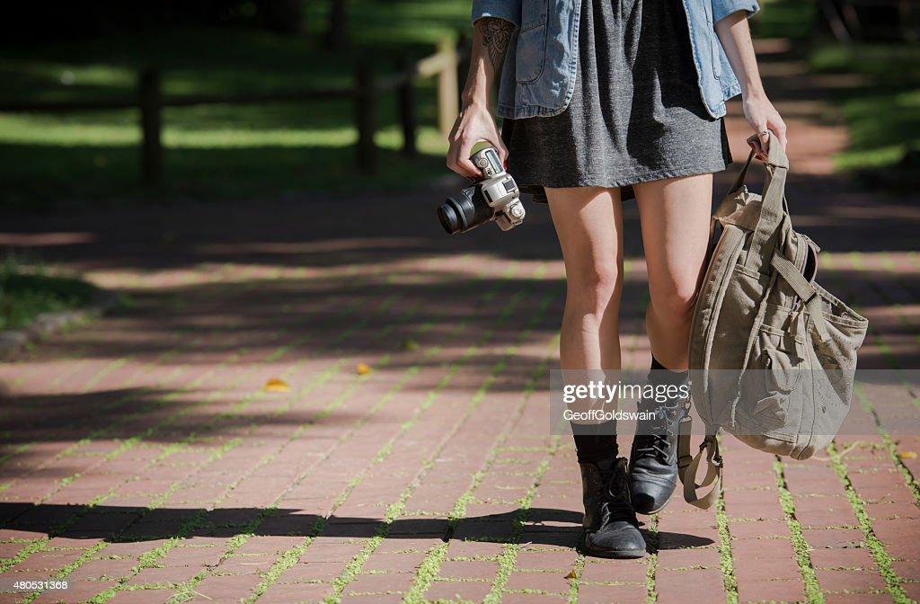 Young happy traveler erkunden Sie die Umgebung mit film-Kamera : Stock-Foto