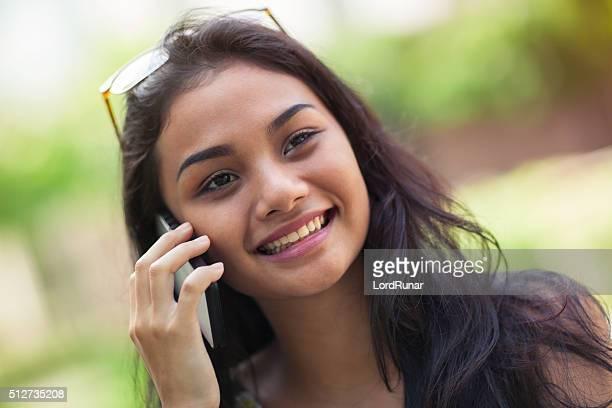 Jovem mulher feliz No Telefone