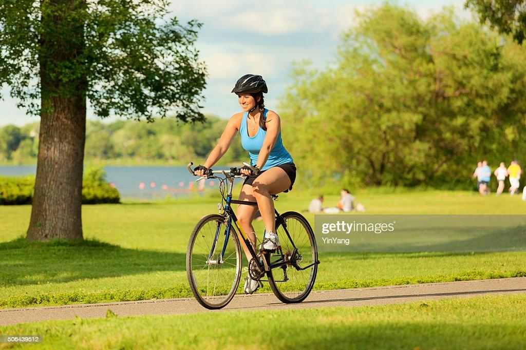 Jovem saudável Mulher s'exercitando na bicicleta na cidade urbana : Foto de stock