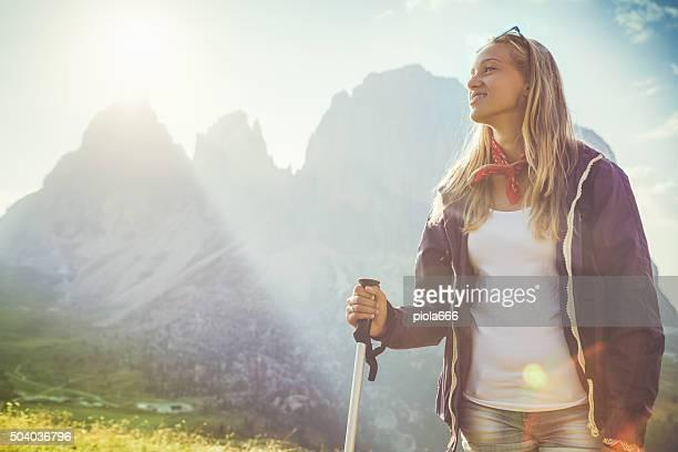 Jeune randonneur fille et la montagne
