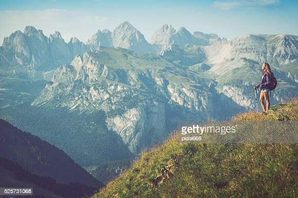 Junge Wanderer Mädchen reisen allein auf die Berge