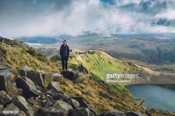 a young hiker taking a break - peter lourenco photos et images de collection