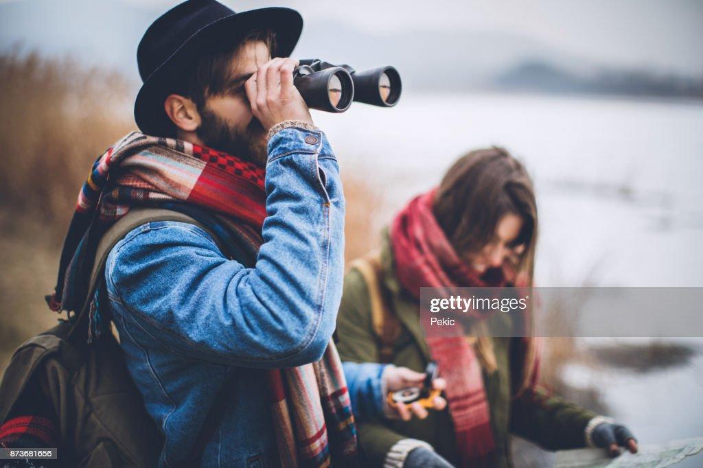 Junge wanderer mit karte und fernglas stock foto getty images
