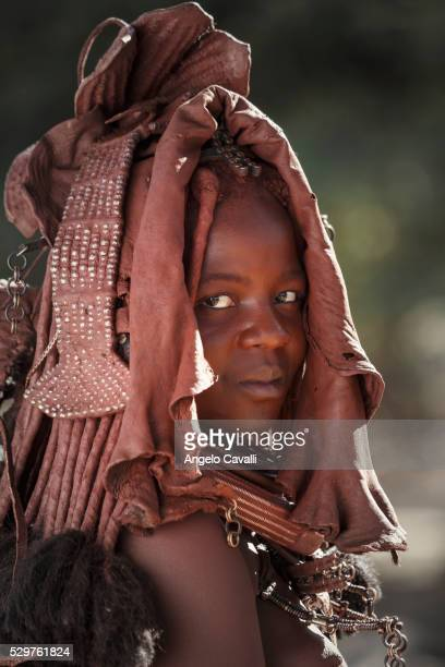 young himba woman, kaokoland, namibia, africa - himba photos et images de collection