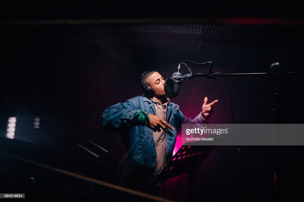 Afro-Amerikaanse rapper jonge hipster nummers opnemen in de opname muziek studio : Stockfoto