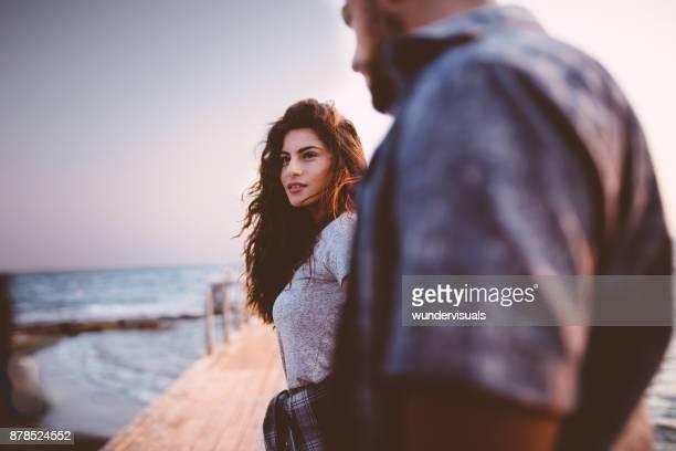 Hipster jeune couple se tenant sur la jetée sur un rendez-vous romantique