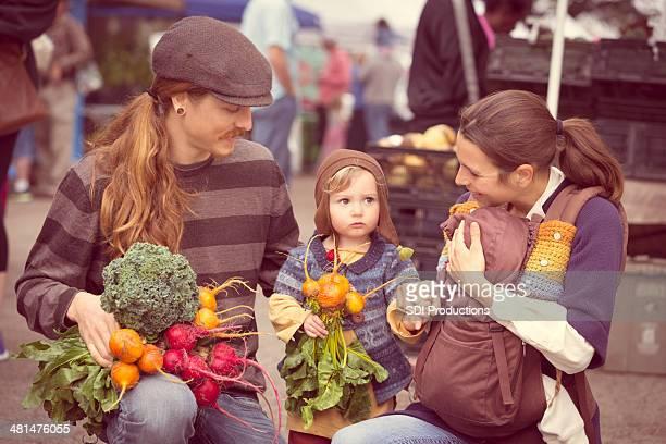 Junge Hipster Familie mit Zutaten vom Bauernmarkt im Freien