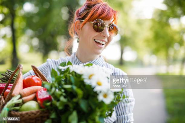 Junge Hipster Frau im Garten