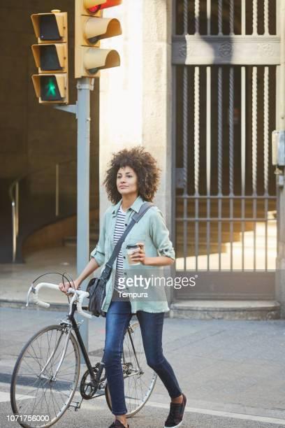 Junge Hipster Frau in den Straßen von Barcelona zu pendeln.