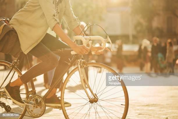 Mujer joven inconformista en las calles de Barcelona desplazamientos.
