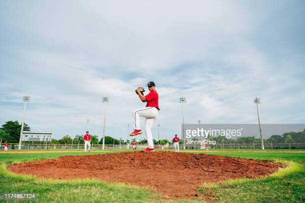 jonge hispanic baseball werper in wind-up positie - pitcher stockfoto's en -beelden