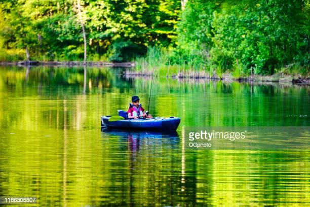 jeune kayak hispanique de garçon - ogphoto photos et images de collection