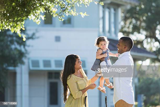 Junge hispanische Familie im Freien