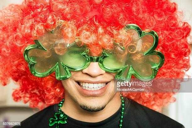 Jeune garçon hispanique prêt pour la fête de la Saint-Patrick