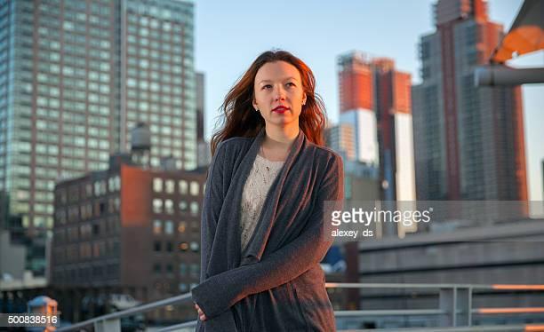 Jungen zuversichtlich Frau Porträt auf städtischen Hintergrund