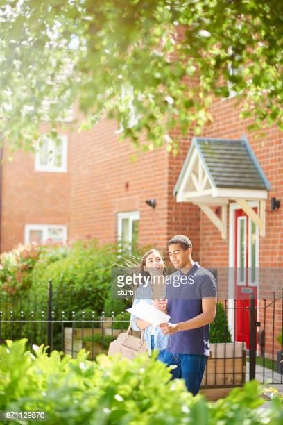 junge Wohnungssuche paar