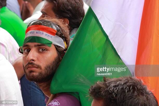 junge indische junge protestieren gegen die korruption - indischer politiker stock-fotos und bilder
