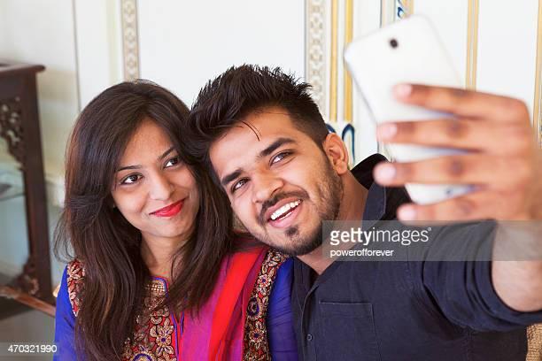 Jeune indienne Couple prenant un Selfie
