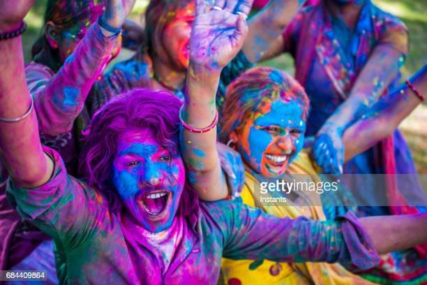 若いインド人、カラフルな顔と服、ジャイプール インドのホーリー祭の祭典を祝っています。