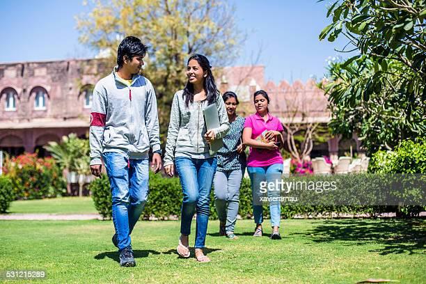 Young indian de estudiantes en la universidad
