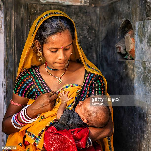 Junge indische Frau stillen Ihr Neugeborenes baby, Amber, Indien