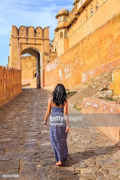 Jeune femme indienne sur la route vers le Fort d'Amber, Inde