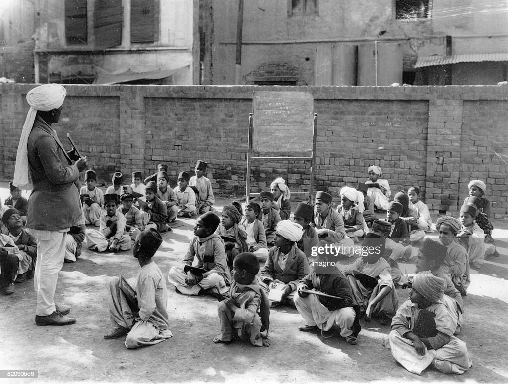 Young Indians attending lessons of mathematics in a school yard in Lahore Punjab India Photograph41933 [Junge Inder erhalten Mathematikunterricht in..