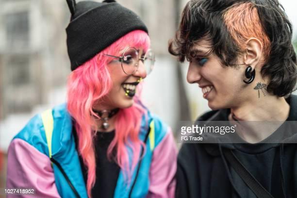 jonge beïnvloeders paar face to face op een moment van liefde - emo stockfoto's en -beelden