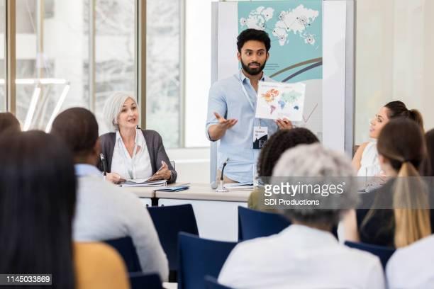 young international zakenman bespreekt global business - top vergadering stockfoto's en -beelden