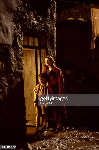 Young Irish actor Joe Breen and English actress Emily Watson on the set of the film Angela's Ashes directed by Alan Parker