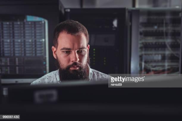 -jovem engenheiro inspecionando servidores do centro de dados - parte do meio - fotografias e filmes do acervo
