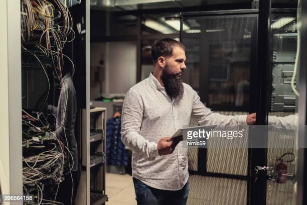 Young es Ingenieur Inspektion Servern im Rechenzentrum