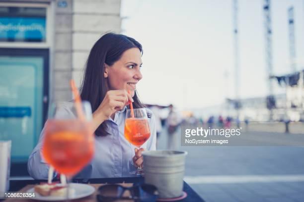 仕事の後カクテルを飲む若いイタリアの実業家 - human digestive system ストックフォトと画像