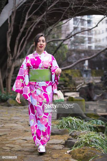 Jonge Italiaanse vrouw in Kimono spelen Japanse Bilboquet