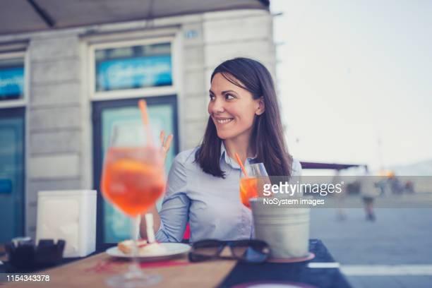 バーでの仕事の後に楽しむ若いイタリア人女性 - human digestive system ストックフォトと画像
